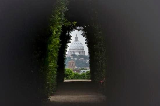 La famosa vista de la cúpula de San Pedro desde la sede de la Orden de Malta en el Aventino