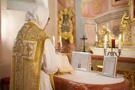 Sacerdote ofrece Misa Dominica por las Almas