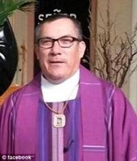 Erwin Mena, de 59 años, celebraba misas, funerales, matrimonios y escuchó confesiones por California, desde la primera vez que se hizo pasar por un sacerdote a mediados de la década de 1990.