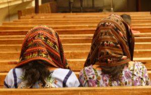 dos-chicas-rezando-en-la-iglesia2