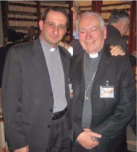 El cardenal Francesco Coccopalmerio, Presidente del Pontificio Consejo para los Textos Legislativos (encargado de interpretar la Ley Canónica) y su secretario, Mons. Luigi Capozzi