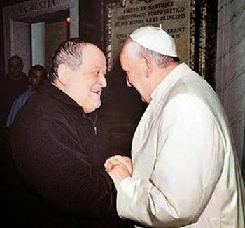 El comisionado original, el difunto P. Fidenzio Volpi, con el papa Francisco, el día en que fue cerrado el seminario de los FFI.