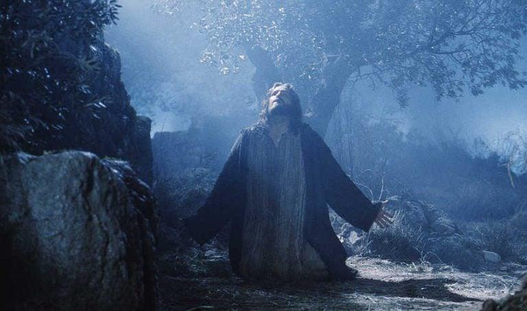 La Dignidad Humana solo existe si nos arrodillamos ante Dios