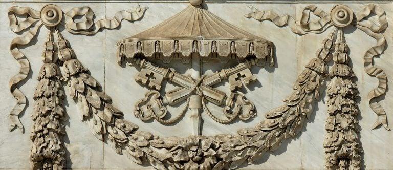 Nota a sedevacantistas: La herejía no separa automáticamente a la persona de la Iglesia